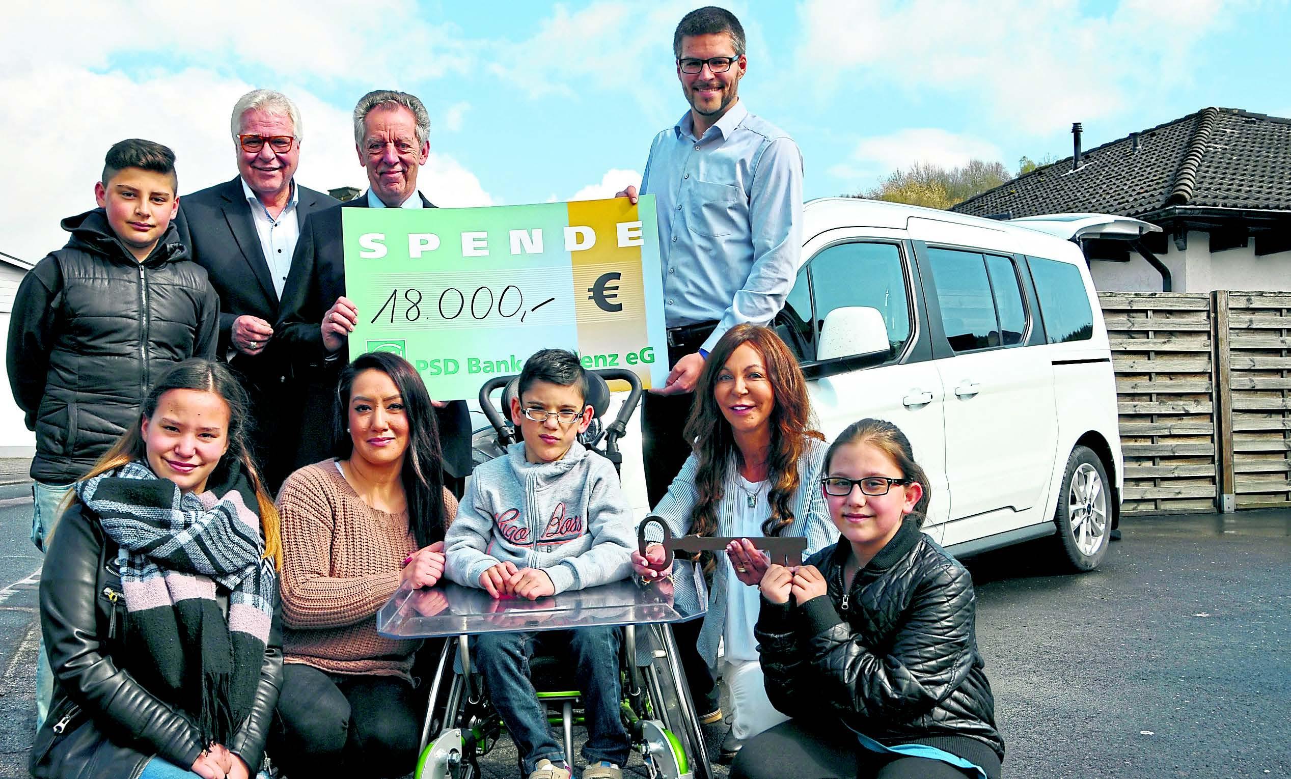 Familie freut sich über neues Spezial-Auto für kranken Tugra | Helft ...